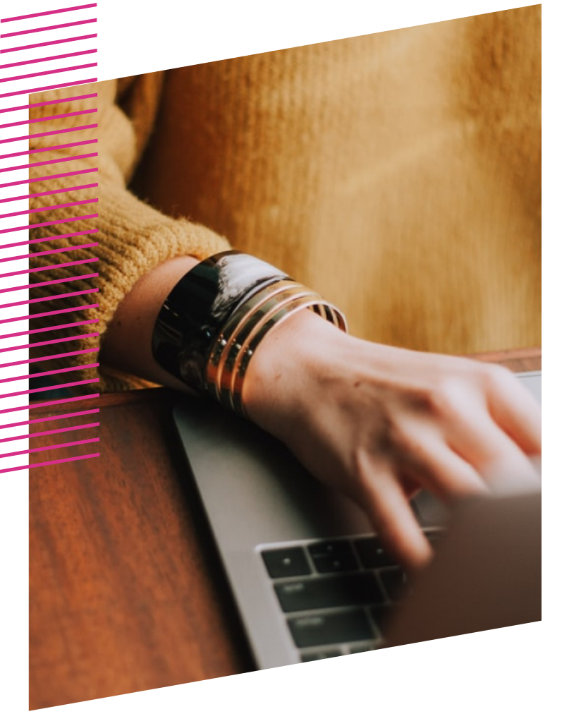 Eine Person schreibt auf einem Computer